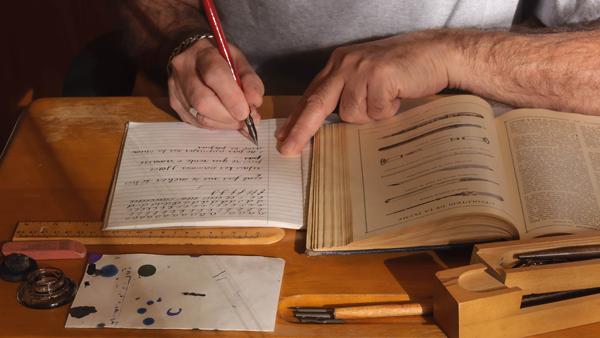 Reconstitution personnelle de vieux souvenirs de l'enfance... pupitre d'écolier, encrier, encre, plumes, porte-plume, papier buvard, coffre à crayons...