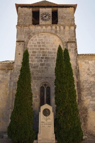 Stèle à la mémoire de Michel de Montaigne devant l'entrée du château où il a vécu.