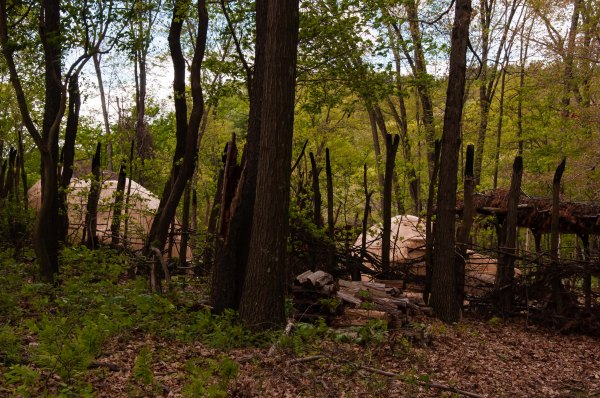 Au Meadowcroft Rochshelter and Historic Village : reconstitution d'un village amérindien de la vallée de la Monongahela, en Pennsylvanie, avant le contact avec les Européens.