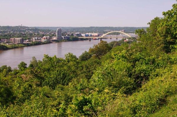 La rivière Ohio, et le Kentucky en arrière-plan, vue du promontoire de Forest Park, à Cincinnati