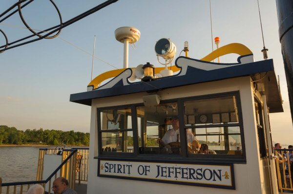 À la barre du Spirit of Jefferson, dans le sillage de Belle of Louisville, sur la rivière Ohio