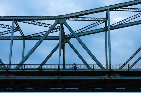 En passant sous le pont réservé aux piétons et aux cyclistes...