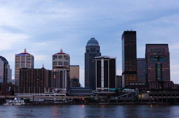 Le centre-ville de Louisville, vu de la rivière, aux dernières lueurs de la journée