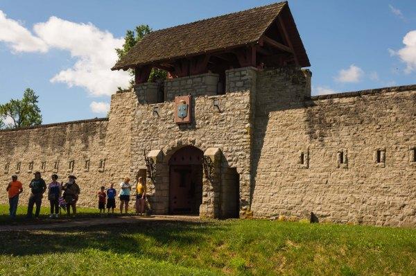 La porte du Fort de Chartres, qui a été reconstitué par l'État de l'Illinois, graduellement, depuis un siècle.