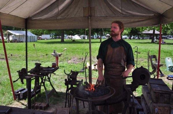 Démonstration du travail de forge. Cet artisan a appris ces techniques de son grand-père. Il travaille le métal, pour le plaisir, à titre amateur. Ce n'est pas sa profession.