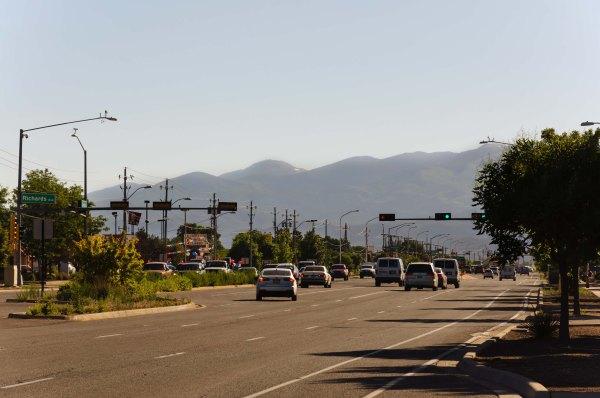 En attendant l'autobus qui amène les passagers vers le cœur historique de Santa Fe, sur Cerrillos Drive, le matin... La chaîne de montagne Sangre de Christo, en arrière-plan.