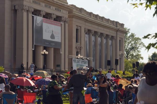 En attendant le début du concert en plein air, devant le Missouri History Museum à Saint-Louis